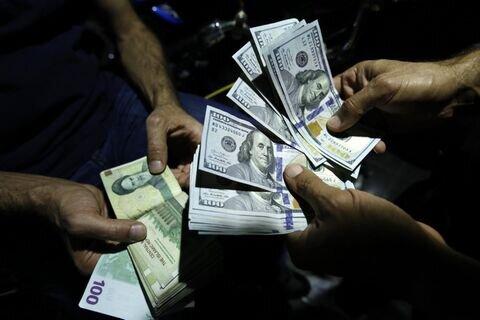 دولت میخواهد به زور نرخ دلار را پایین بیاورد / هیجان کاذب دلارزدگی در بورس