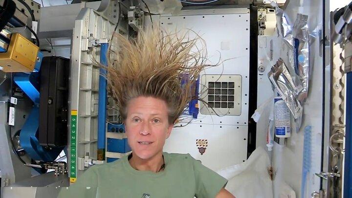 نحوه شست و شوی مو در فضا! + ویدیو