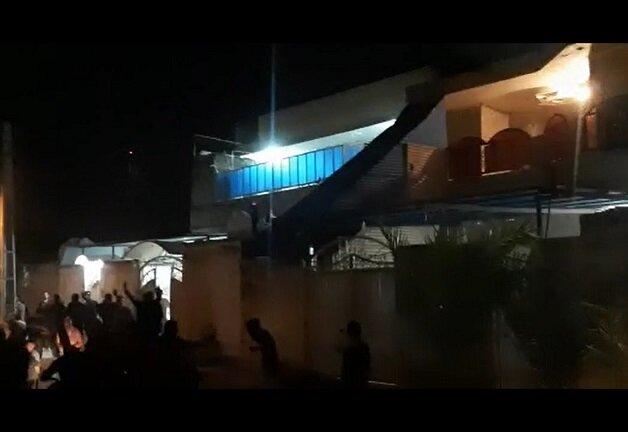حمله معترضان بیآبی به خانه قاسم ساعدی نماینده مجلس دشت آزادگان + ویدیو
