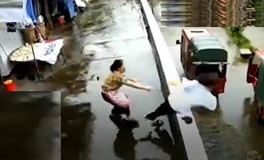 نجات دختر در آخرین لحظه توسط مادرش + ویدیو
