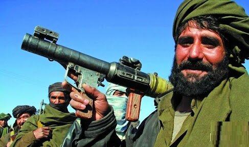 عکسی جنجالی از قرار عاشقانه یک نیروی طالبان در کابل