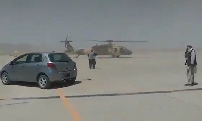ویدیو | تلاش طالبان برای به پرواز درآوردن بالگرد بلک هاوک