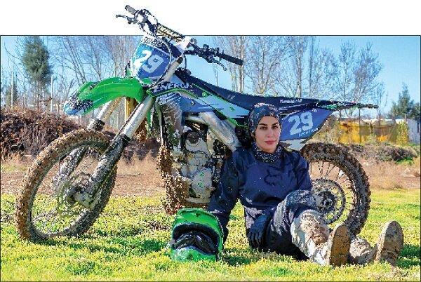 بانوی موتورسوار ایران : باید با غولها رقابت کنم | کمربند مشکی دان چهار کاراته دارم